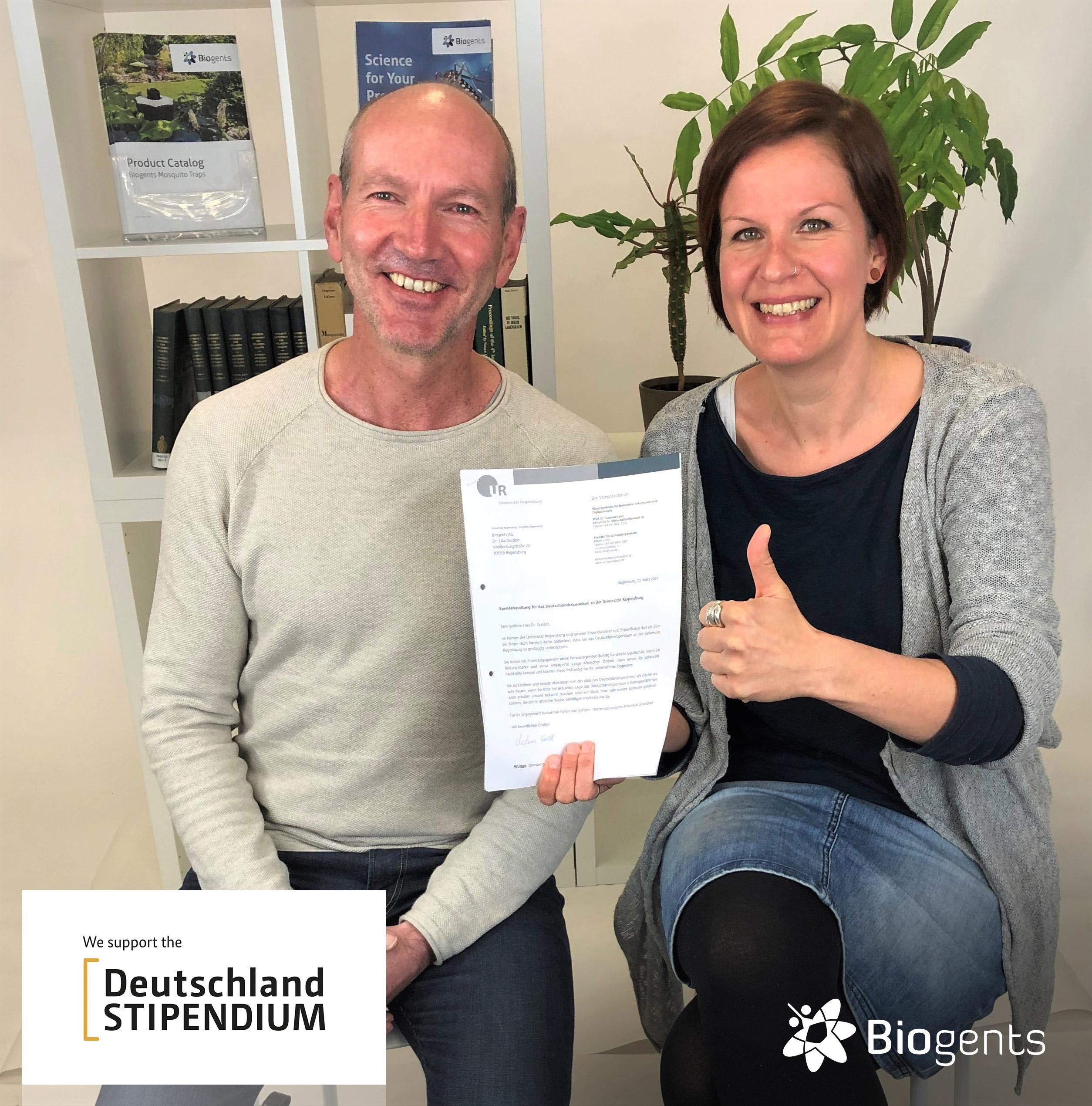 Dr. Martin Geier und Dr. Ulla Gordon mit dem Bescheid des Deutschlandstipendiums als Förderer durch das Unternehmen Biogents